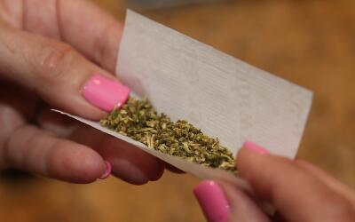 Haciendo un cirgarrillo de marihuana.
