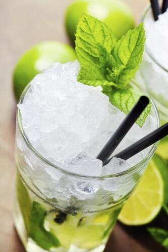 Mojito2 cucharaditas de azúcar5-7 hojitas de menta1 lata de refresco de...