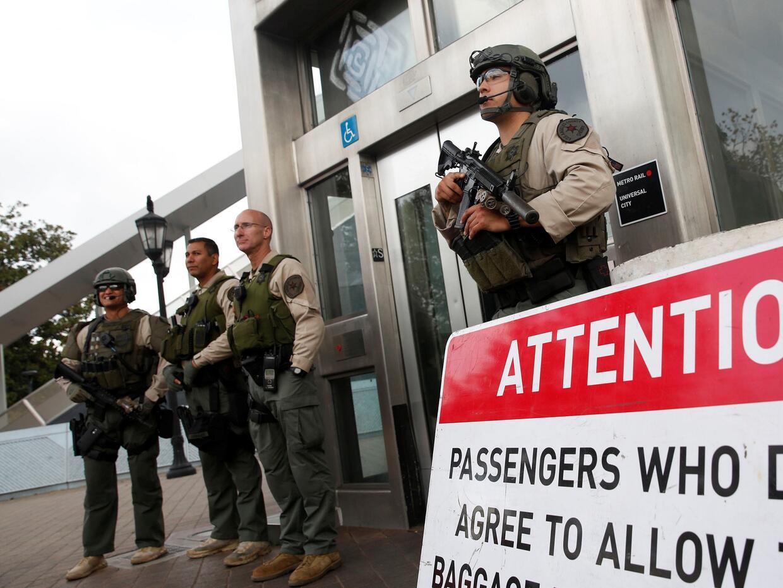 Agentes fuertemente armados vigilan el acceso a la estación Unive...