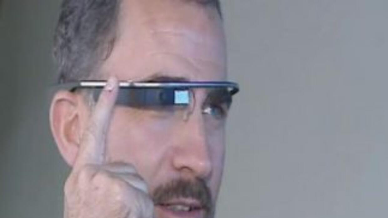 El príncipe Felipe probó los Google Glass. (Foto de Twitter).