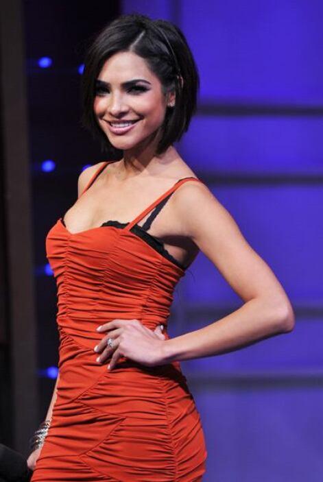 Alejandra enseña sus curvas, pero nunca olvida dar muestra del encanto d...