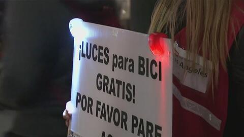 Coalición de Ciclistas del Condado de Los Ángeles reparte luces a quiene...