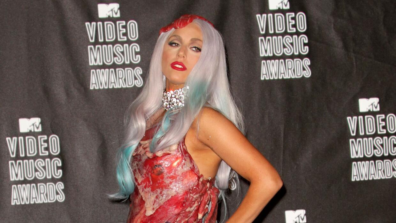 El vestido de Gaga causó polémica y fue criticado por PETA.