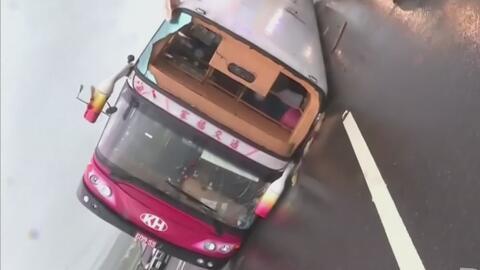 Autobús de pasajeros se vuelca en plena vía a causa de una poderosa torm...