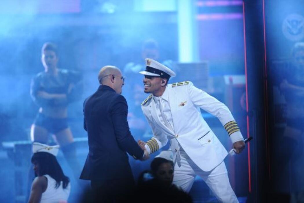 Pero Pitbull jaló a Chris para darle un fuerte abrazo.