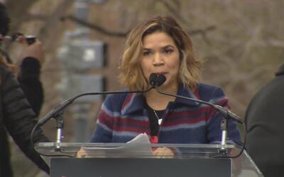 """America Ferrera: """"No dejaremos de ser una nación de inmigrantes para ser..."""