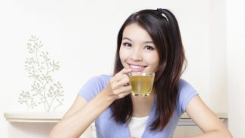 Con el consumo del té verde, puedes reducir las medidas de tu abdomen.