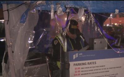Guardias del aeropuerto de Los Ángeles piden condiciones dignas de trabajo