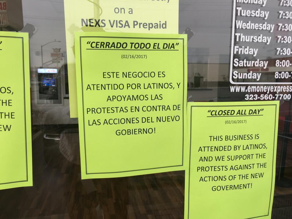 Letrero en la entrada de un negocio de envío de dinero en la ciudad de C...