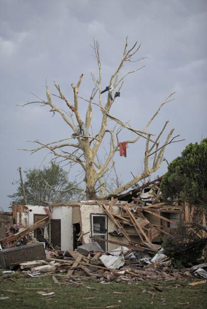 El gigantesco tornado golpeó a Oklahoma City apenas unas horas después d...