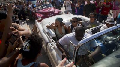 Seguidores toman fotos de la cantante pop Rihanna en Cuba el 29 de mayo...