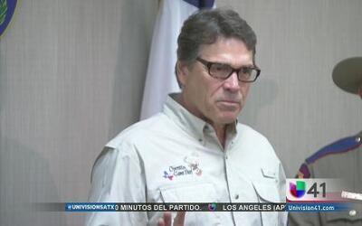 Rick Perry visitó un centro de detención en la frontera