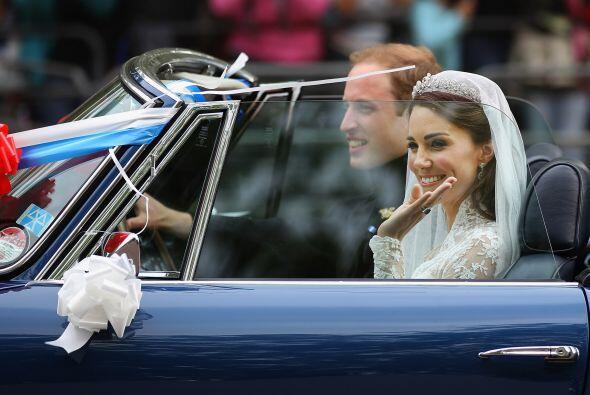 El Príncipe Guillermo y su flamante esposa Catherine Middleton salieron...