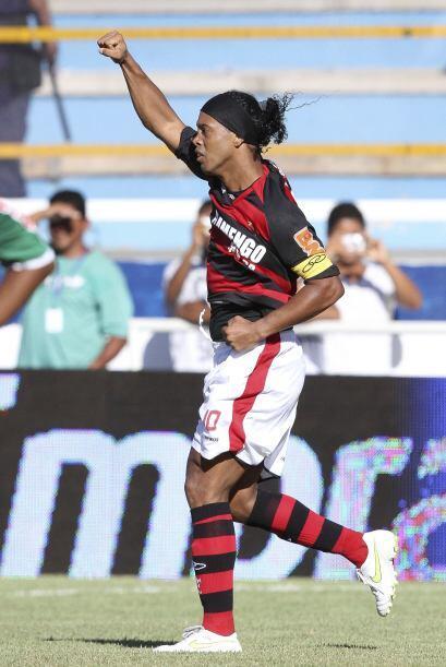 Dinho anotó de penal en el triunfo por 3-2 del Flamengo en un partido mu...