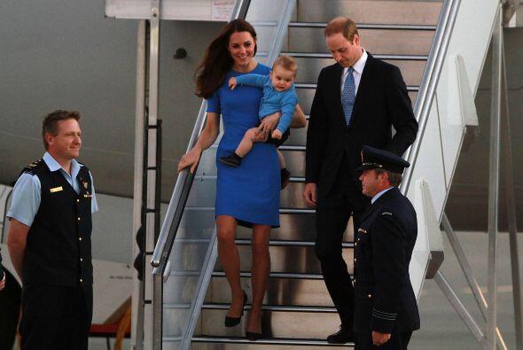 William y Kate a su llegada al aeropuerto de Canberra. Más videos...