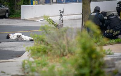 Un hombre, que aseguraba portar una bomba, yace herido en el suelo frent...