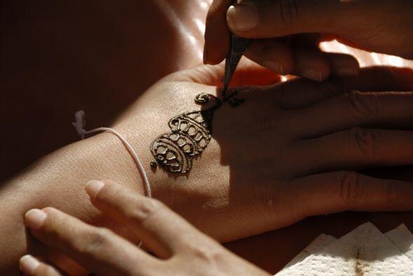 Para los menos audaces, puedes organizar un sector con tatuajes de henna...