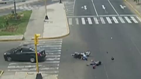 Auto embiste a dos motociclistas que salen volando por el impacto en Perú