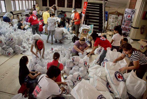 El paso del tifón por el archipiélago dejó al menos 10 mil muertos, mile...