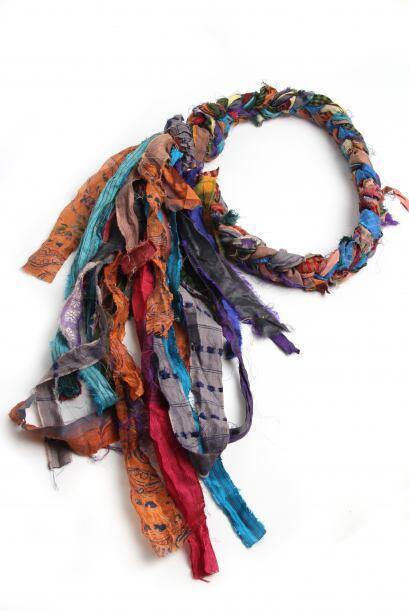 Con rebozos y piezas artesanales de los diferentes estados de la Repúbli...