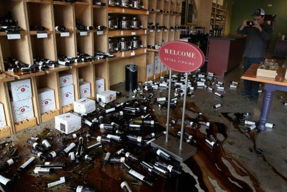 Cientos de barriles y botellas cayeron al suelo durante el sismo.
