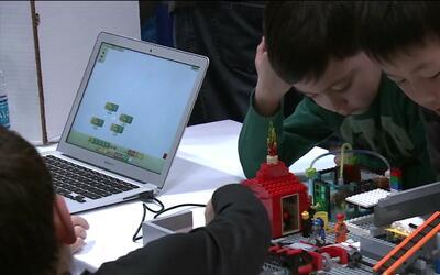 Niños aprenden con bloques Lego