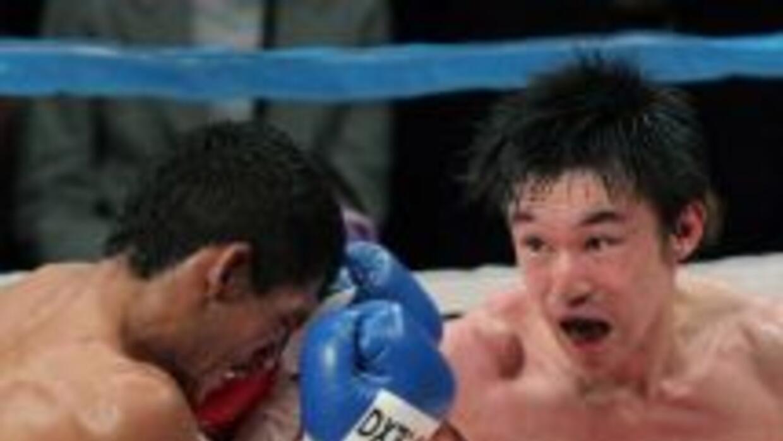 Toshiaki Nishioka golpea a Muñoz en ruta a su victoria.