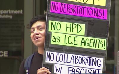 Activistas protestaron contra la ley SB4 frente a la jefatura de policía...