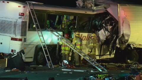 Siete personas pierden la vida en choque entre un autobús y un camión en...