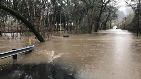 El río Napa se desbordó cerca de Saint Helena este domingo...