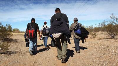 ¿Cuánto cobran los coyotes que ayudan a inmigrantes a cruzar fronteras i...