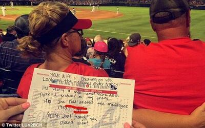 Le avisaron que su esposa lo engañaba en un partido de béisbol