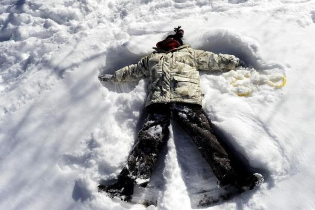 Una jóven juega en la nieve de Central Park, Nueva York, Estados Unidos.