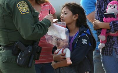 Durante la crisis migratoria de 2014, una niña salvadoreña...