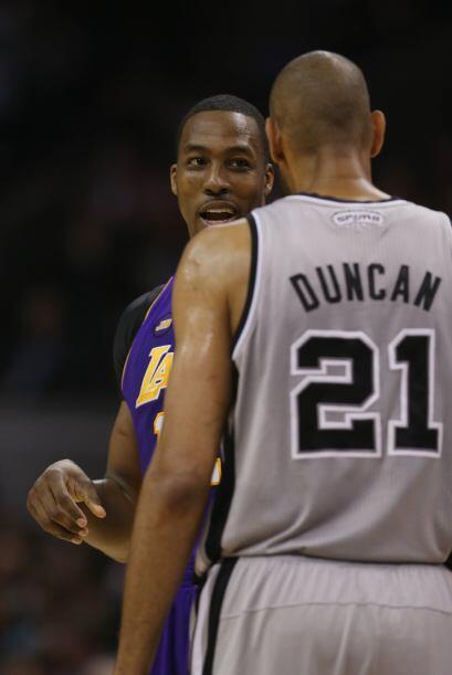 El ala-pívot Tim Duncan, de 37 años, hizo su trabajo con u...