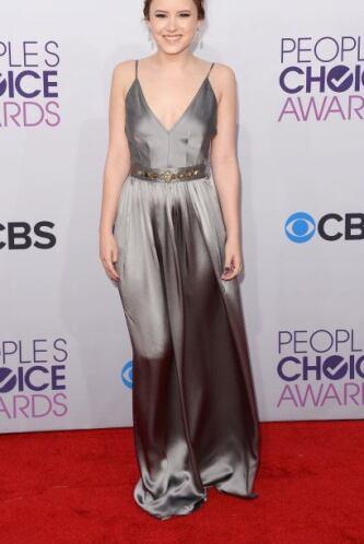 Como toda una Diosa griega lució Taylor Spreitler con este vestido gris,...