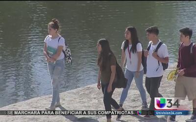 Emotiva vigilia para dos jóvenes hispanos a la orilla del río Los Ángeles