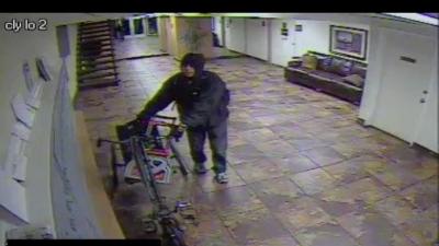 El ladrón del triciclo fue captado en video.