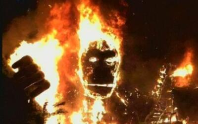 En video: se incendia una figura gigantesca de King Kong durante el estr...