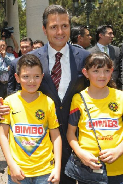 """Peña Nieto, quien admitió su gusto por el futbol """"pues junto con mi fami..."""