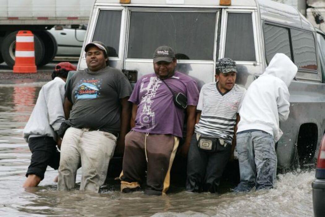 En la foto vecinos de los municipios de Chalco sufrieron severas afectac...