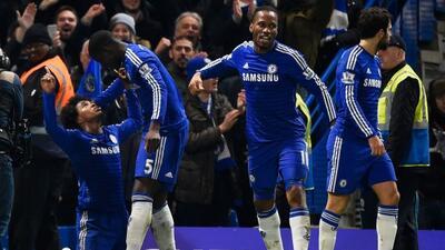 Willian es felicitado por Zouma y Drogba luego de salvar los tres puntos...