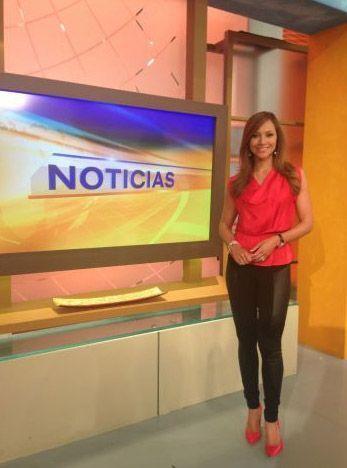 """""""#viernes #casual en @despiertaameric #rojo es el #color del #dia para d..."""