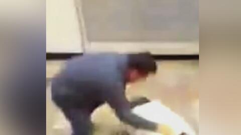 A golpes, un pasajero sacó a un sujeto del metro de México por insultar...