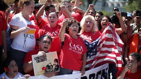 Activistas durante una protesta frente a la Casa Blanca pidiéndole al go...