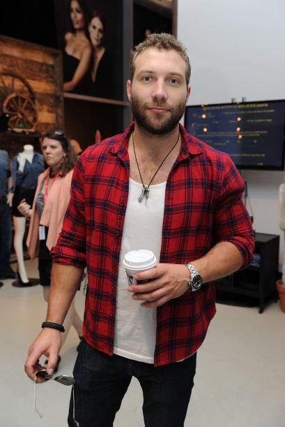 El actor australiano, Jai Courtney también elije una camisa en un patrón...