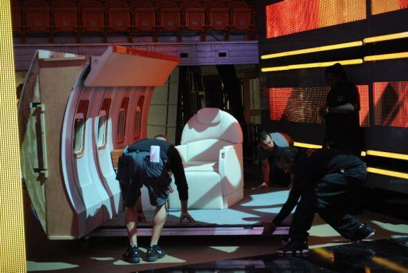 Con mucho cuidado lo montaron en el escenario.