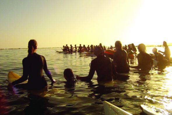 Al menos 2000 personas participaron un un homenaje en el mar por las víc...