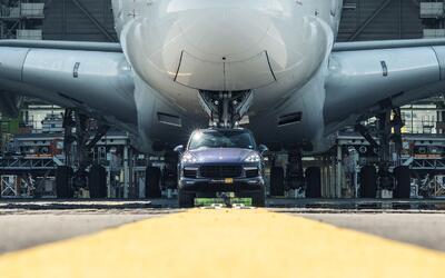 Porsche Cayenne remolcando a un Airbus A380 en el Aeropuerto Charles de...