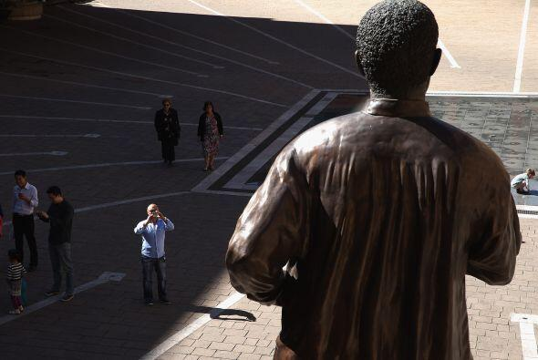 Una vista general de la estatua de Nelson Mandela en Sandton en Johannes...